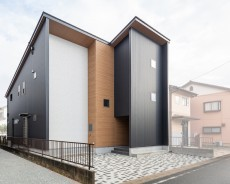 大型収納のあるガルバリウム鋼板と木目のシンプルモダンな家